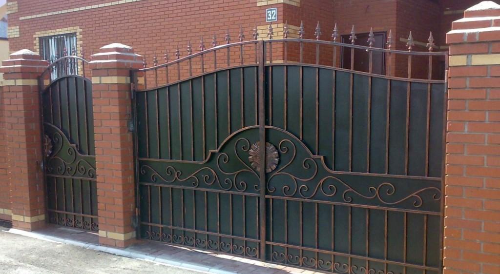 Железные ворота с элементами ковки