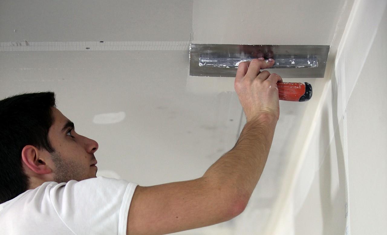 Как шпаклевать потолок своими руками новичку 83