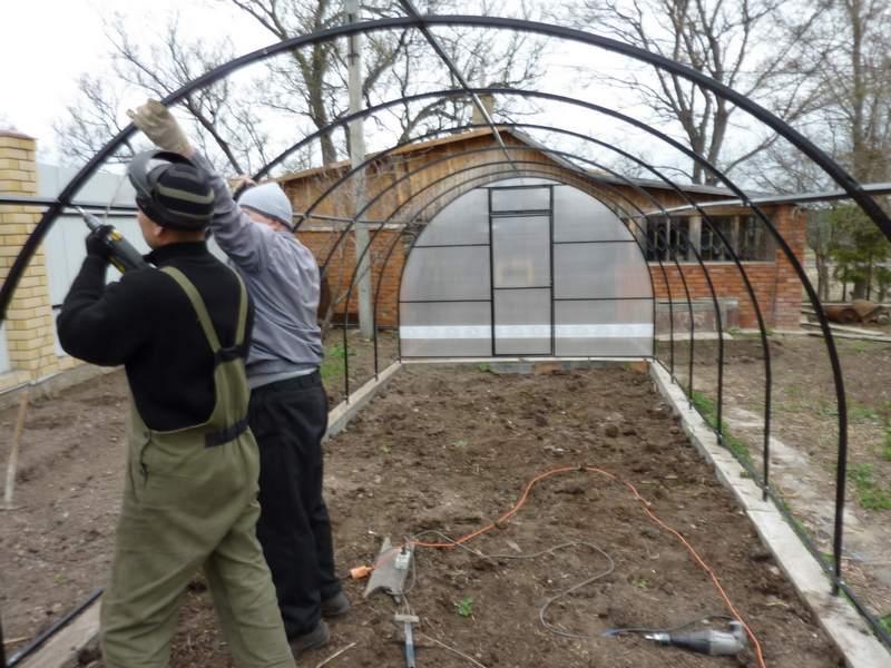 Парник для сезона весна-осень можно установить на землю, что позволит сэкономить на обустройстве фундамента и даст возможность переноса конструкции.