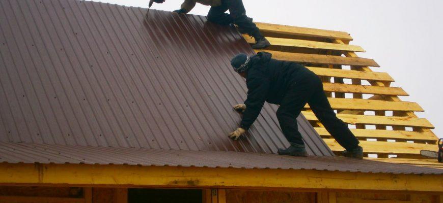 Как правильно крепить профнастил на крыше